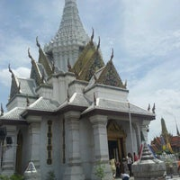 Photo taken at Bangkok City Pillar Shrine by วาสนา ป. on 8/12/2012