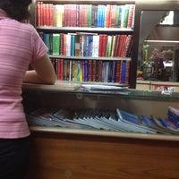Foto tomada en Rex Bookstore por mich g. el 3/27/2012