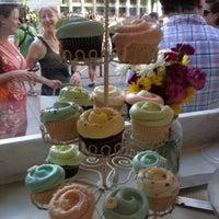 Das Foto wurde bei Magnolia Bakery von Merez L. am 6/23/2012 aufgenommen
