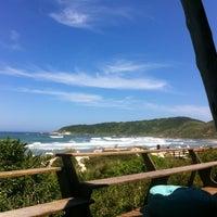 Foto tirada no(a) Praia do Rosa por Roberto G. em 1/20/2012