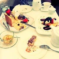 Das Foto wurde bei Dazzling Cafe Pink von Alice J. am 8/23/2012 aufgenommen