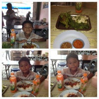 Photo taken at มูเธียร่าห์ อาหารตามสั่ง by KUHARUN YONK on 4/9/2012