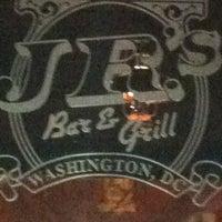 Foto scattata a JR's Bar & Grill da George il 2/20/2012