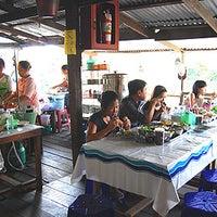 Photo taken at ขนมจีนป้านิรมล ตลาดน้ำโบราณบางพลี by Knot Chanakan on 1/21/2012