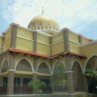Photo taken at Masjid al-Khalifah by Hirfarisyam I. on 8/16/2011