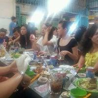 Photo taken at Quán Ốc Xuân Thảo by Sushi T. on 4/22/2012