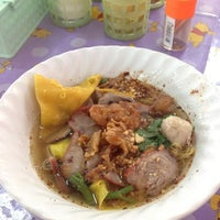 Photo taken at ก๋วยเตี๋ยว-โล่งโต้ง-เย็นตาโฟ น้านงค์ by Noppadon P. on 6/8/2012