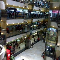 Photo taken at Lucky Plaza by blueshadow -. on 5/7/2011