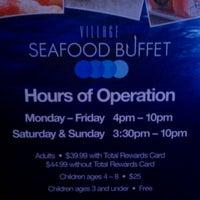 Foto tirada no(a) Village Seafood Buffet por Oscar G. em 1/4/2012