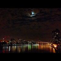 Foto tirada no(a) East River Promenade por lanamaniac em 8/27/2012