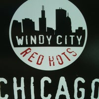 Foto scattata a Windy City Red Hots - Ashburn da Julie M. il 6/19/2012