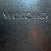Photo prise au Wokcano Asian Restaurant & Lounge par Just T. le12/26/2011