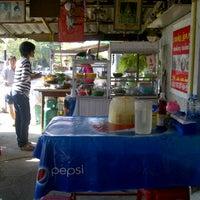 Photo taken at ร้านก๋วยเตี๋ยวเนื้อพี่โก๋ by napadon c. on 12/15/2011