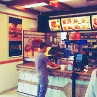 Foto tirada no(a) McDonald's por Marco N. em 1/5/2012