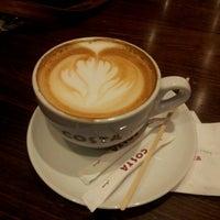 Снимок сделан в Costa Coffee пользователем Lina A. 5/13/2012