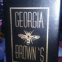 Das Foto wurde bei Georgia Brown's von Leslie Z. am 7/12/2012 aufgenommen
