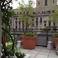 Foto tomada en Sky Terrace at Hudson Hotel por UrbanFoodMaven el 5/26/2012