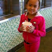 Foto scattata a Yogurtland da Cherlyn T. il 2/5/2012