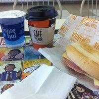 Foto tirada no(a) McDonald's por GEORGIA R. em 8/30/2012