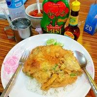 Photo taken at ต้นอ้อยอาหารตามสั่ง by Kimochii M. on 6/18/2012