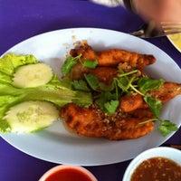 Photo taken at ร้านโรจน์ ซีฟู๊ด บางแสน by MissMooToo M. on 9/1/2012