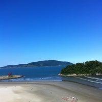 Foto tirada no(a) Praia do José Menino por Thales S. em 6/2/2012
