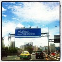 Photo taken at Express Way Petchaburi Exit by Knackii S. on 7/31/2012