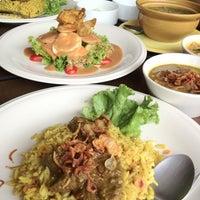 Photo taken at Mabuba Halal Food by ศิษฎี ศ. on 6/4/2012