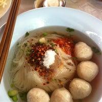 Photo taken at ก๋วยเตี๋ยวลูกชิ้นอร่อย ร้านทิพรส by Christy C. on 2/18/2012