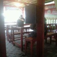 Foto diambil di Warung Budhe Har oleh Shandhy C. pada 7/13/2012