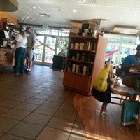 Foto tirada no(a) Starbucks por Rodney B. em 8/1/2012