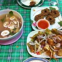 Photo taken at ร้านโรจน์ ซีฟู๊ด บางแสน by BF  on 9/6/2012