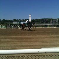 Das Foto wurde bei Belmont Park Racetrack von J Lincoln H. am 5/19/2012 aufgenommen