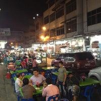 Photo taken at Semarang Food Center (Medan Chinatown) by Tirta P. on 7/26/2012