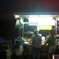Photo taken at ก๋วยเตี๋ยวไก่ตุ๋น by The O. on 1/2/2011