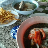 Photo taken at เตี๊ยวป้าพร by ชายอั๋น ฉ. on 6/26/2012