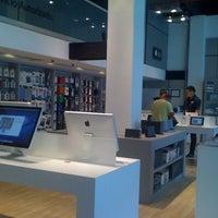 Foto diambil di iShop oleh Lisa D. pada 10/31/2011