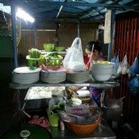 Photo taken at อาหารตามสั่ง@ซ.สุทธิพร by ลูกชายคนที่ VIII™ on 8/19/2012