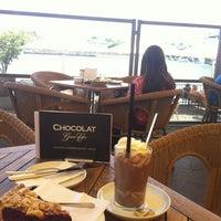Das Foto wurde bei Chocolat Grand Café von Julie P. am 8/16/2012 aufgenommen