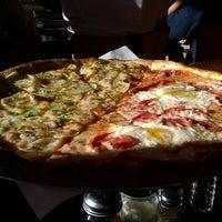 Das Foto wurde bei Proletariat Pizza von Betsy B. am 8/4/2012 aufgenommen