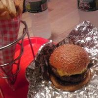 8/23/2012에 Pablo H.님이 F. Ottomanelli Burgers and Belgian Fries에서 찍은 사진