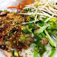Снимок сделан в Green Leaf Vietnamese Restaurant пользователем Nancy L. 5/11/2012