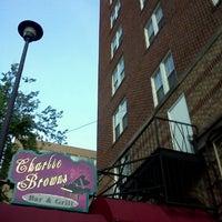 Foto tirada no(a) Charlie Brown's Bar & Grill por Marfa F. em 5/21/2012