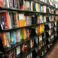 รูปภาพถ่ายที่ St. Mark's Bookshop โดย Martha H. เมื่อ 8/4/2012