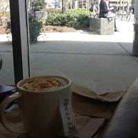 Photo prise au Starbucks par Georgina B. le4/4/2012