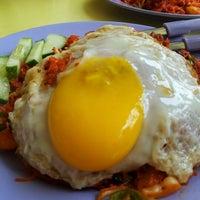 Photo taken at Pasir Panjang Food Centre by 🎀R€€NA J. on 7/11/2012