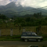 Photo taken at De'Saung Gunung Salak by Wiratmahadi on 5/19/2012