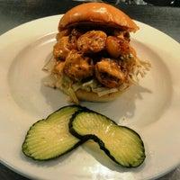 Foto tirada no(a) Highland Tap and Burger por Brad B. em 4/19/2012