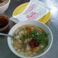 Photo taken at súp cua Hạnh by Quần Đ. on 6/1/2012