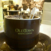 Photo taken at OldTown White Coffee by Rizal R. on 8/10/2012